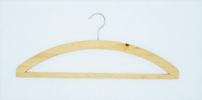 Kleiderbügel aus Zirbenholz mit Steg