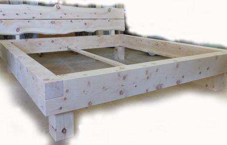 Massives rustikales Balkenbett aus Zirbenholz