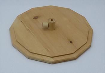 Gamsbartschachtel aus Zirbenholz, Innenseite des Zirbenholzdeckels mit Befestigung für dem Gamsbart