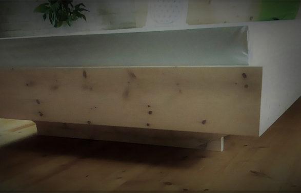 Schwebendes Zirbenholzbett