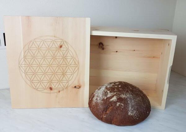 Zirbenholz-Brotkasten-mit-Blume-des-Lebens-groß