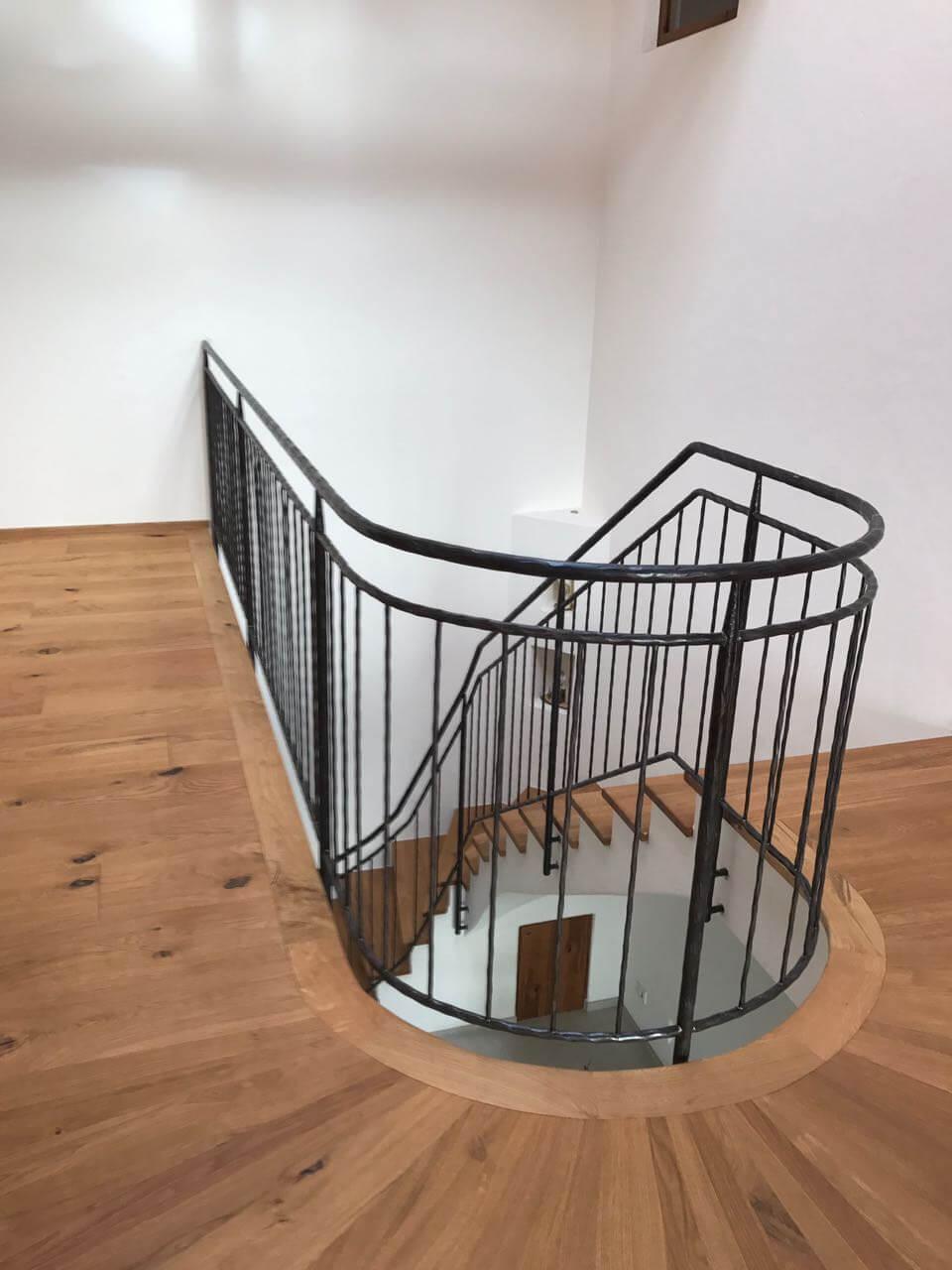 Treppe mit Eichenstufen und Eisengeländer