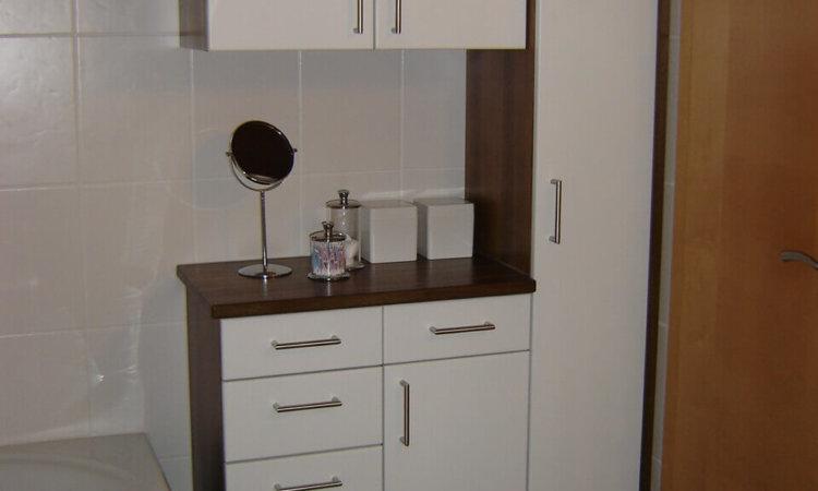 Badschrank Eiche geräuchert mit weißen Türen
