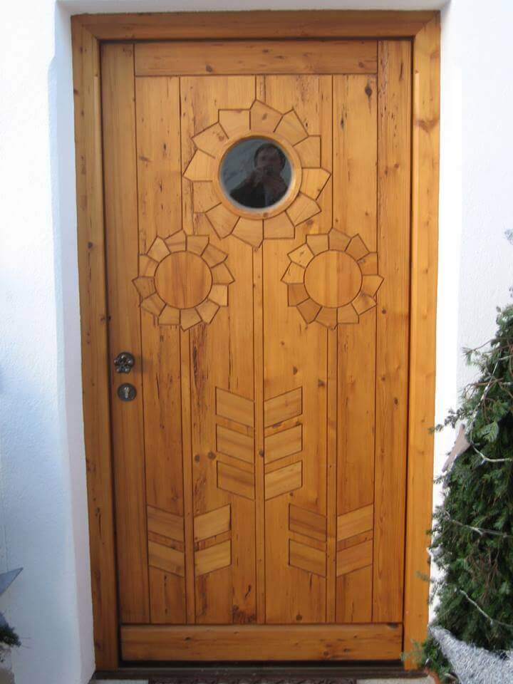 Haustür mit geschnitzter Sonnenblume