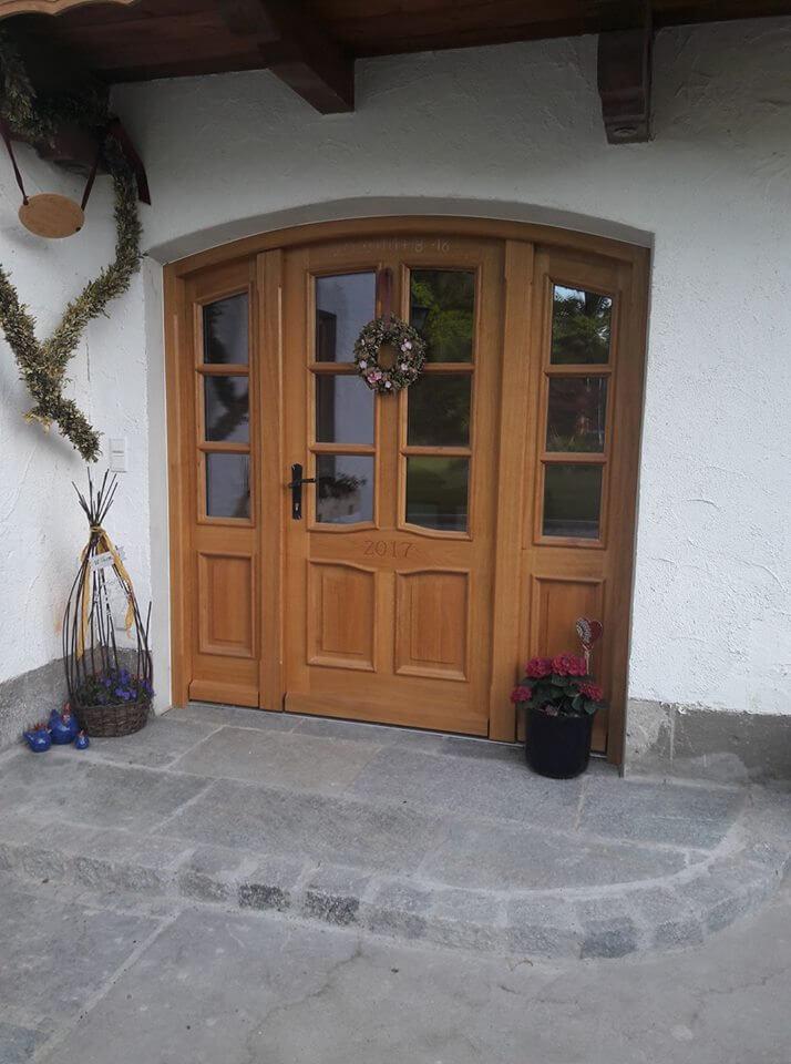 Haustür mit Segmentbogen