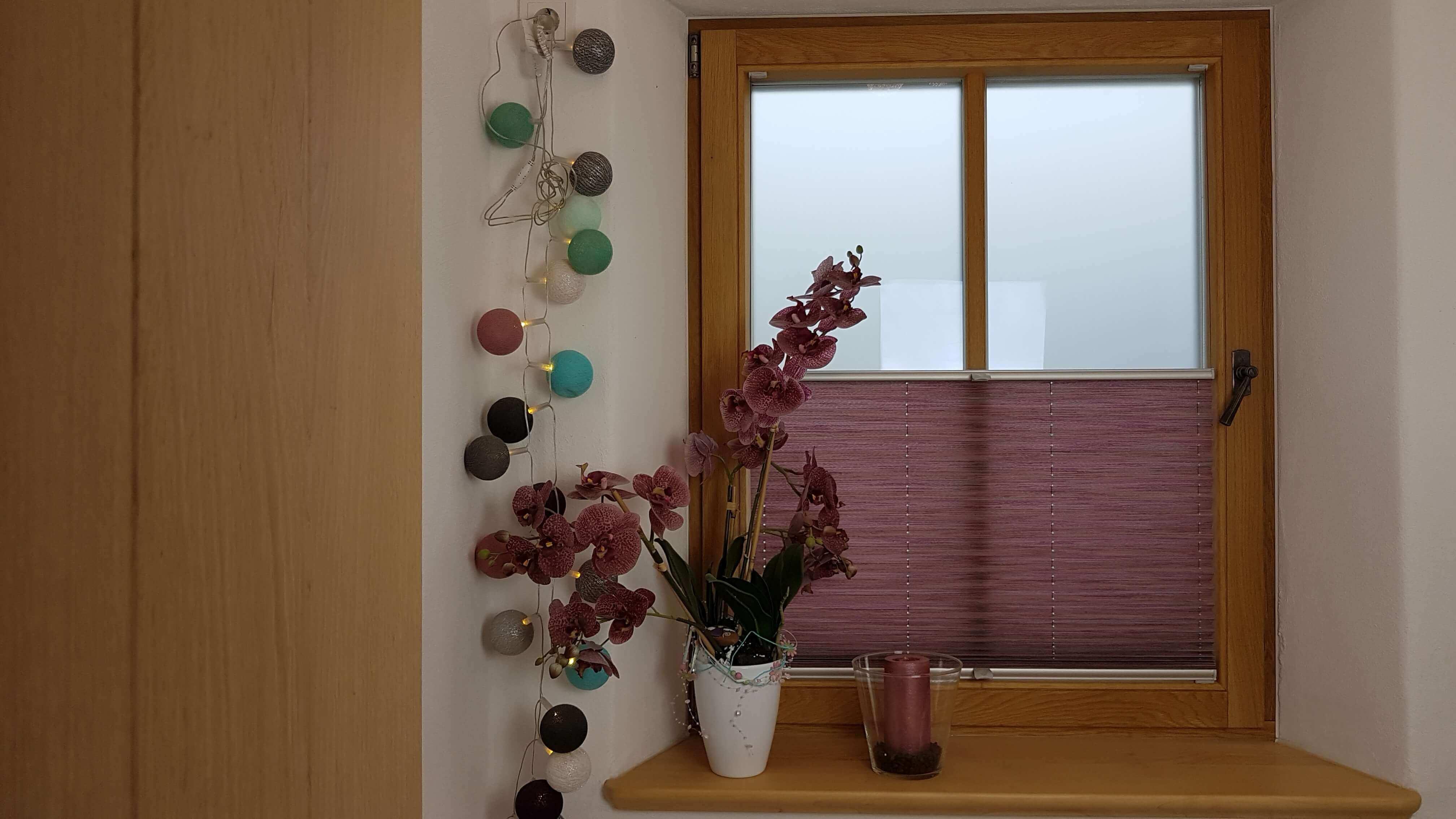 Holzfenster und Holzfensterbrett