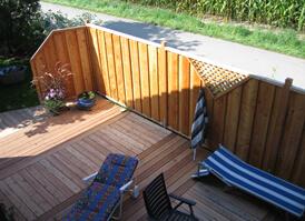 Holzterrasse mit Sichtschutz