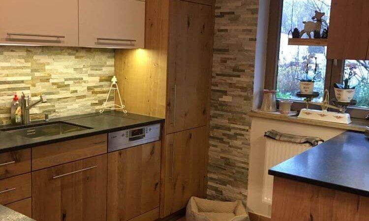 Küche Eiche rustikal mit weißen Hängeschränken