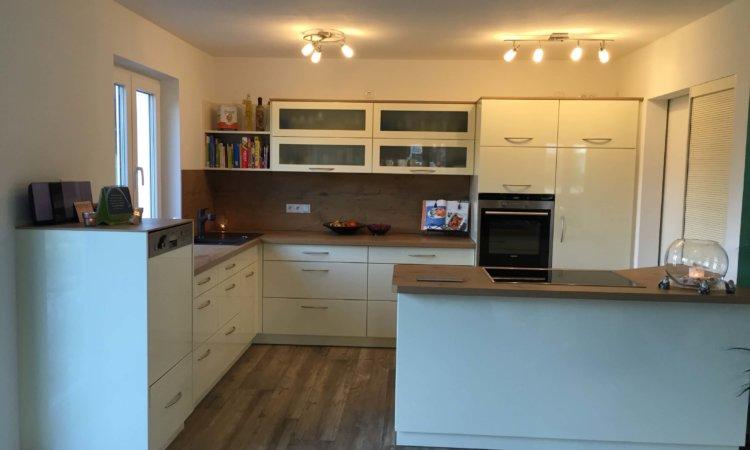 Küche Magnolie mit Holzarbeitsplatte