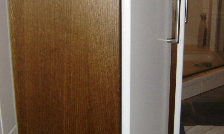 Seitenansicht Waschtisch Eiche geräuchert mit weißen Türen