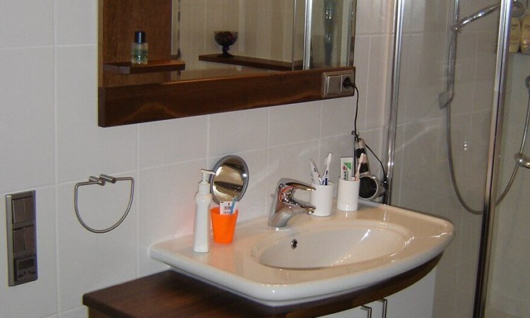 Badezimmer Waschtisch Eiche geräuchert mit weißen Türen