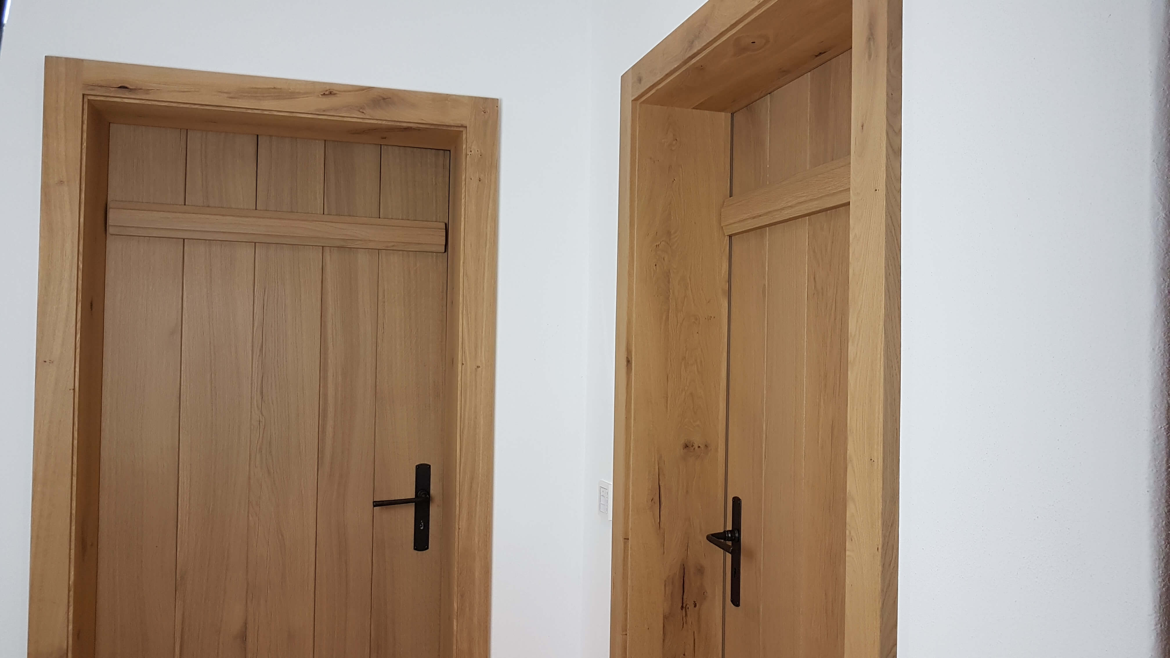 Zwei Zimmertüren Eiche Astig mit geschmiedeten Griffen
